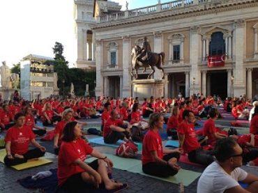 """Nel solstizio estivo Roma ha celebrato in Campidoglio il primo """"International Yoga Day"""""""