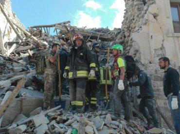 Terremoto. La devastazione di Castelluccio di Norcia dall'elicottero dei Vigili del Fuoco