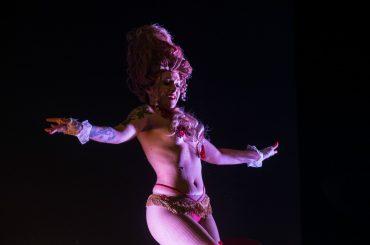 Burlesque e champagne, Piazza di Spagna s'illumina con le dive del Caput Mundi
