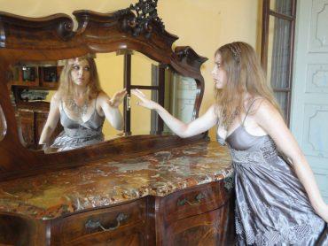 """""""Specchio, specchio delle mie brame…"""": lo specchio come non l'avete mai """"visto"""", tra fiabe, leggende, mitologia e… selfie!"""