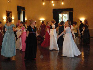 Immersi in atmosfere di altre epoche. Balli e feste a tema storico: le origini